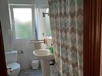 Otra vista del baño con otras cortinas ducha.
