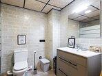 Baño 01, con ducha situado en el dormitorio de la Planta baja.