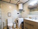 Baño 02, equipado con ducha, lavadora/ secadora y secador de pelo.
