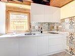 Cocina de diseño moderno con todo lo que necesitas para una estancia inolvidable
