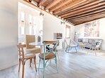 Disfrutaras de un apartamento privilegiado donde se han conservado las vigas de madera originales