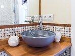 Baño con elegante plato de ducha de resina