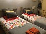 Chambre JAUNE avec 2 lits simples séparés ou rapprochés