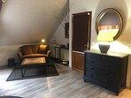 chambre LOUIS - espace salon privé avec canapé et TV écran plat