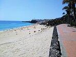 Vistas al pueblo de Morro Jable y playa, desde el paseo marítimo.