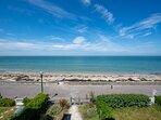 Juno Beach au soleil, la plage au pied de la terrasse