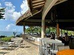 Le bar de l'hôtel avec sa vue imprenable sur l'Ocean Pacifique