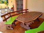 Mesa con bancos en la terraza para 10 o 12 personas