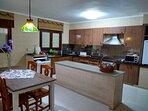 Gran cocina muy bien equipada para cocinar con nevera, congelador, lavaplatos ,microondas,tostadora