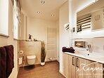 Das harmonische Design aus warmen Farben und italienischen Fliesen schafft besonderes Ambiente.