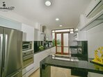 Refrigerador, hornos y estufa en la cocina
