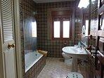 Baño completo primera planta,con armario y gran bañera