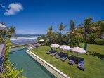 Noku Beach House - Pool and lawn