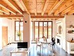 Salón con techos de madera y altura de 3,20 metros