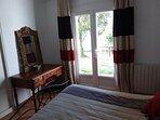 Chambre lit 160x200 au rez de jardin . Porte fenêtre double vitrage.