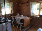 Matplats, väggfast bänk i vinkel och ett par stolar