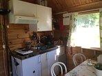 Kök. Kylskåp med frysfack, kaffekokare, vattenkokare, mikrovågsugn, 2 plattor