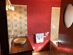 Baño compartimentado con Hidromasaje de la habitacion en Suit.