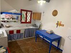 Cucina abitabile in muratura con fornelli ad induzione,frigorifero e congelatore
