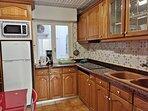 Cocina con hervidor de agua, cafetera, microondas frigorífico y menaje de cocina