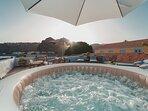 El Beach Apartment dispone de un Jacuzzi con vistas a la playa en el que se puede disfrutar del sol