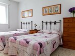 2º Dormitorio: 2 camas gemelas, mesillas de noche, cómoda y armario.