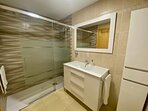 Cuarto de baño con ducha de lluvia